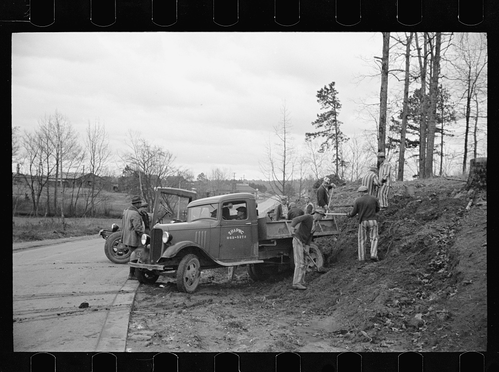 Convicts working on state road, North Carolina (LoC)
